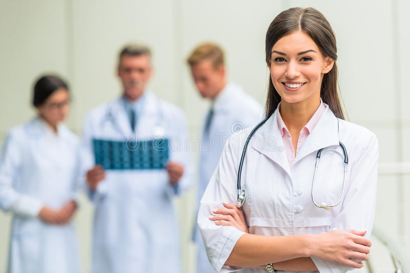 Artsen in het ziekenhuis royalty-vrije stock afbeelding