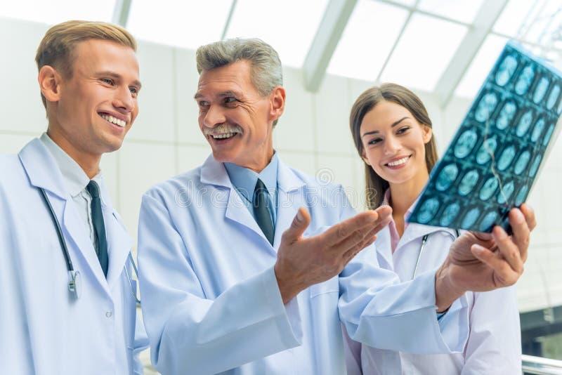 Artsen in het ziekenhuis royalty-vrije stock foto