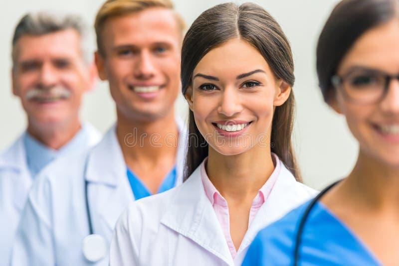 Artsen in het ziekenhuis stock afbeeldingen