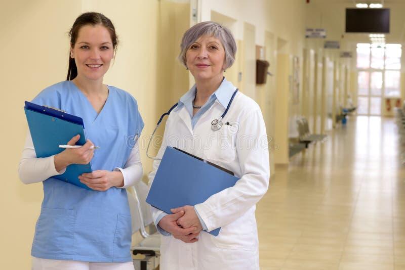 Artsen in het ziekenhuisgang royalty-vrije stock foto's