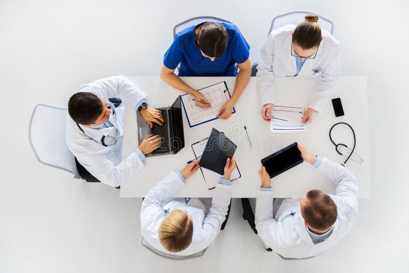 Artsen met röntgenstraal en cardiogram bij het ziekenhuis royalty-vrije stock fotografie