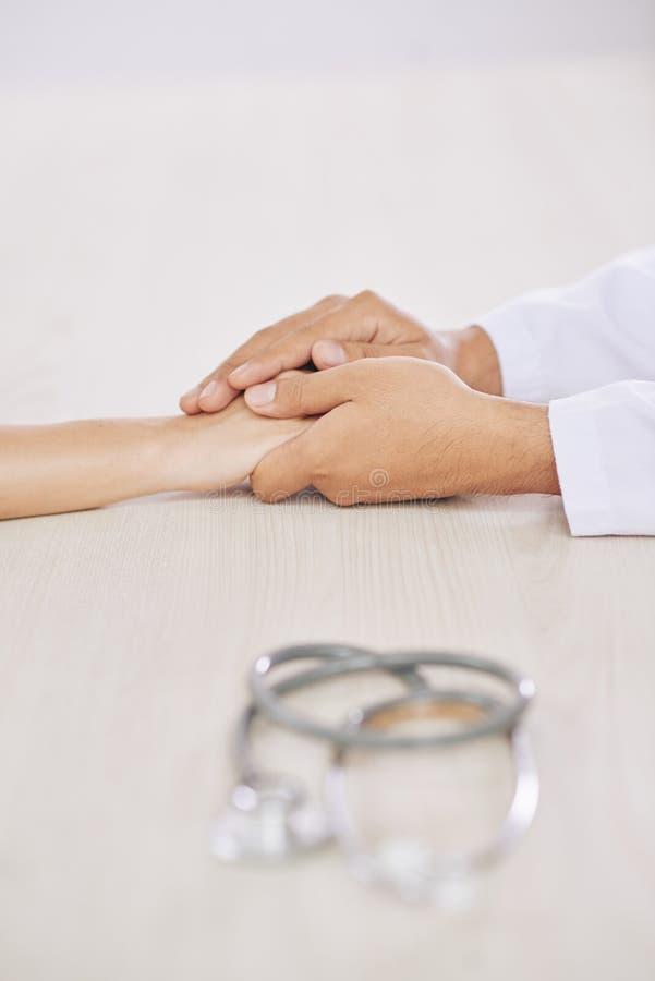 Artsen ondersteunende patiënt stock afbeelding