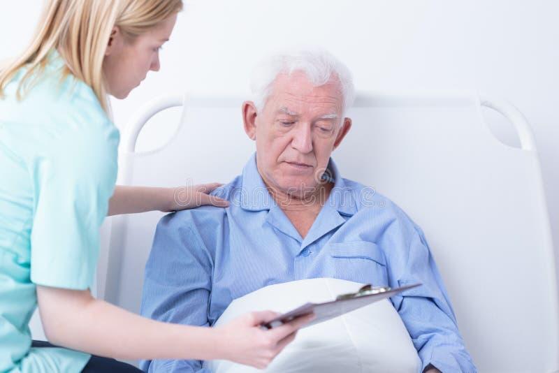 Artsen sprekende patiënt over kanker royalty-vrije stock afbeelding