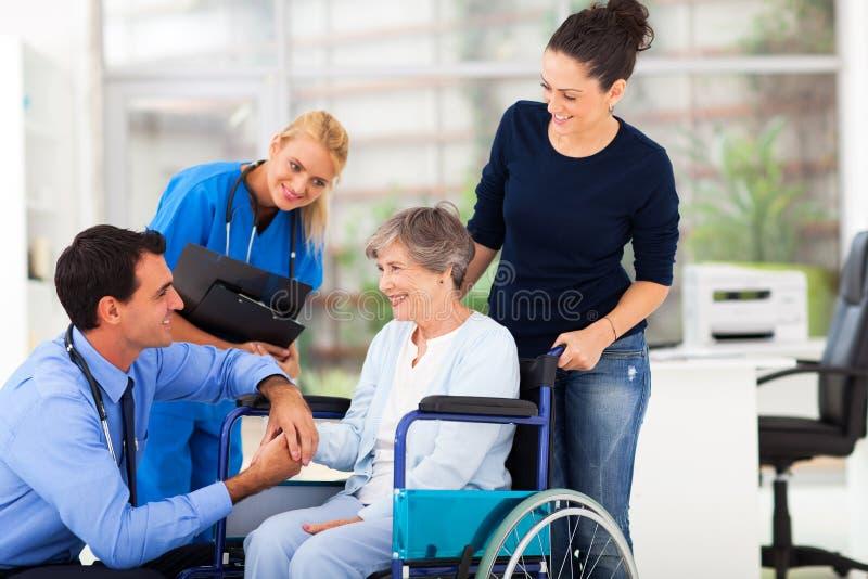 Artsen troostende patiënt royalty-vrije stock afbeeldingen