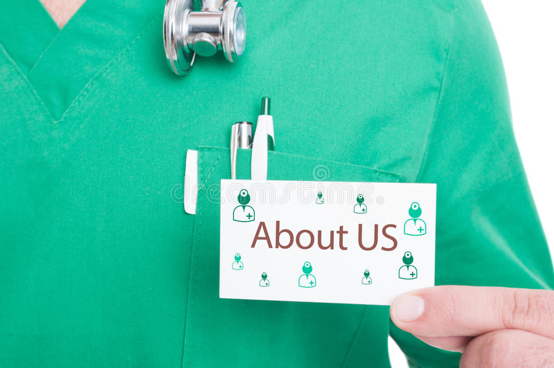 Artsenhand die bezoekkaart voor noodoproep tonen royalty-vrije stock afbeeldingen