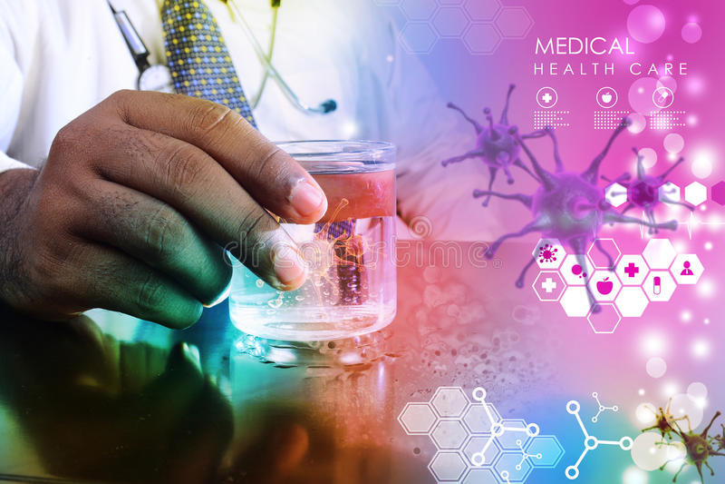 Artsenhand die virus in glas water tonen stock afbeelding