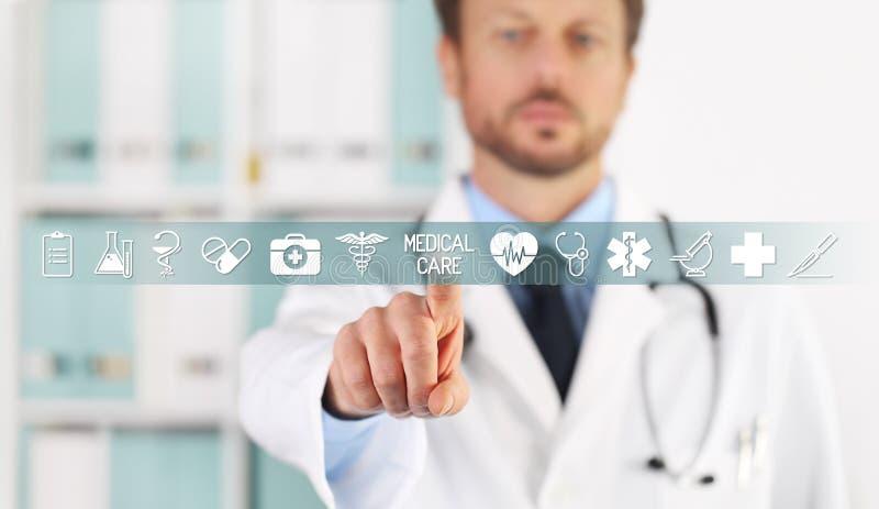 Artsenhand wat betreft medische behandelingtekst, symbolen en pictogrammen op het virtuele scherm stock fotografie