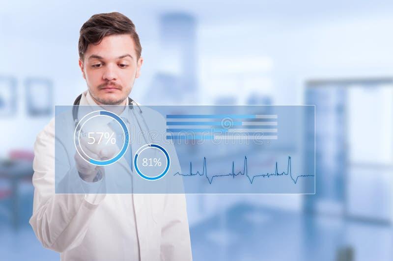 Artsenhand wat betreft pictogram op het virtuele scherm stock afbeeldingen