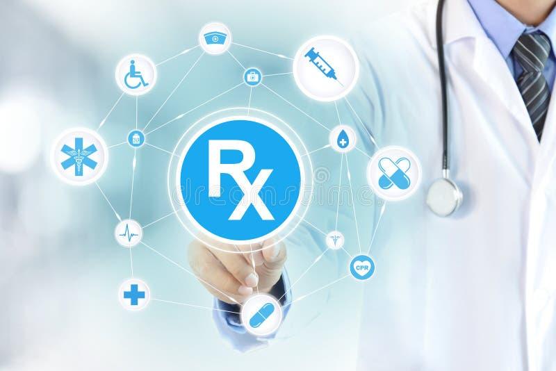 Artsenhand wat betreft Rx-teken royalty-vrije stock afbeelding