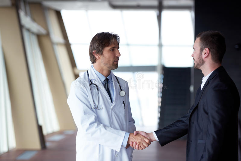 Artsenhanddruk met een patiënt stock fotografie