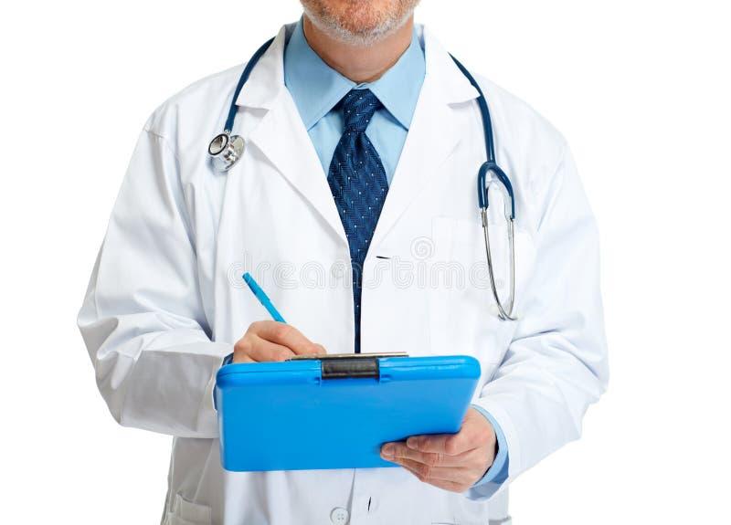 Artsenhanden die op klembord schrijven stock afbeelding