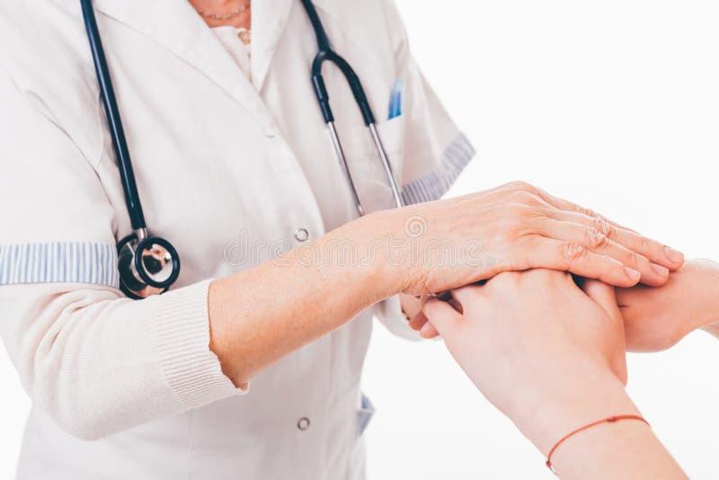 Artsenholding patient& x27; s handen stock afbeeldingen