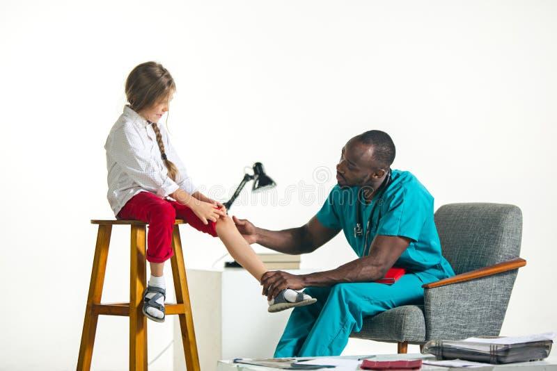 Artsenpediater die jong geitje met stethoscoop in kliniek onderzoeken Het concept van de kinderengezondheid royalty-vrije stock foto's