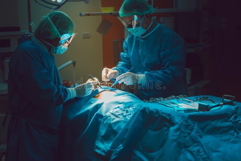 Artsenverrichting in verrichtingsruimte bij het ziekenhuisconcept voor insur stock afbeeldingen