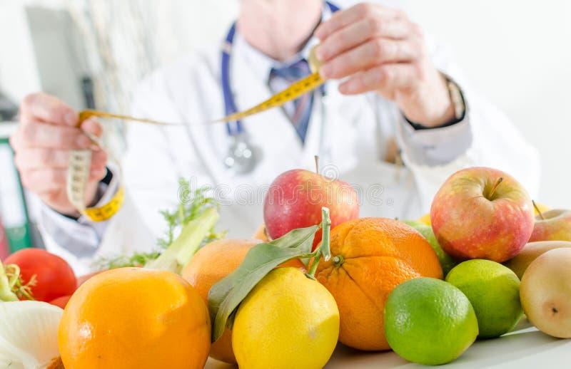 Artsenvoedingsdeskundige met gezonde vruchten stock foto