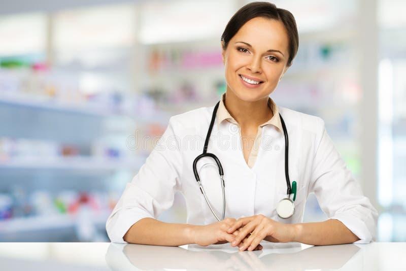 Artsenvrouw in drogisterij stock afbeelding
