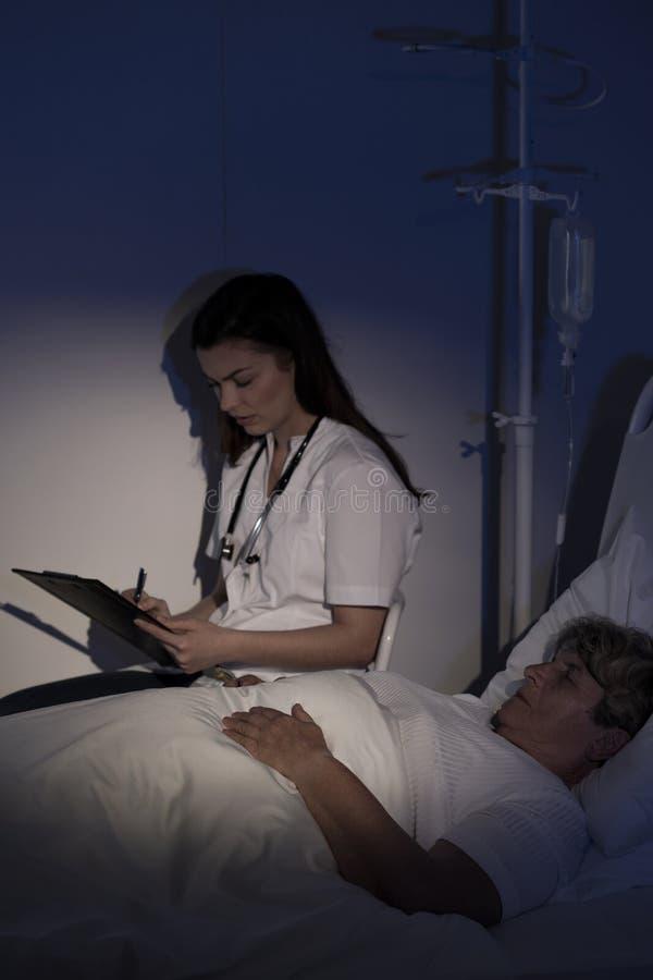 Artsenzitting door bejaarde patiënt royalty-vrije stock foto