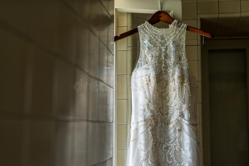 Artsy Wedding Dress in een oude kamer royalty-vrije stock foto