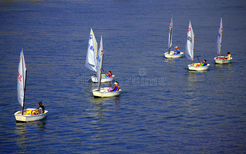 Żartuje żeglowanie łodzie zdjęcie royalty free