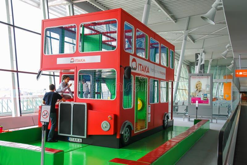 Żartuje autobus w Warszawskim Chopinowskim lotnisku, Polska obrazy stock