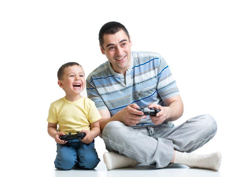 Żartuje chłopiec i jego tata bawić się z playstation wpólnie zdjęcie royalty free