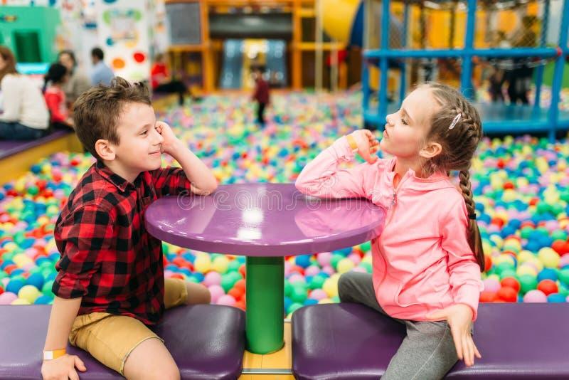 Żartuje czas wolnego, dzieci w rozrywki centrum zdjęcie royalty free