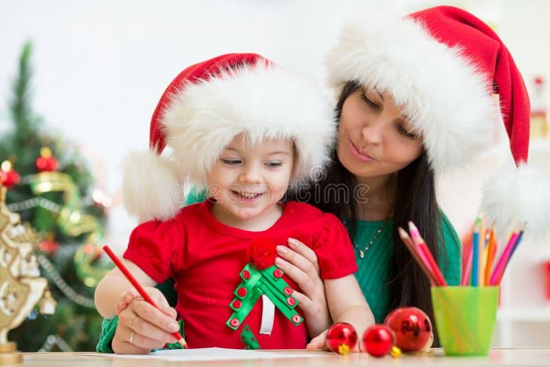 Żartuje dziewczyny i matkuje writing list Santa obraz royalty free