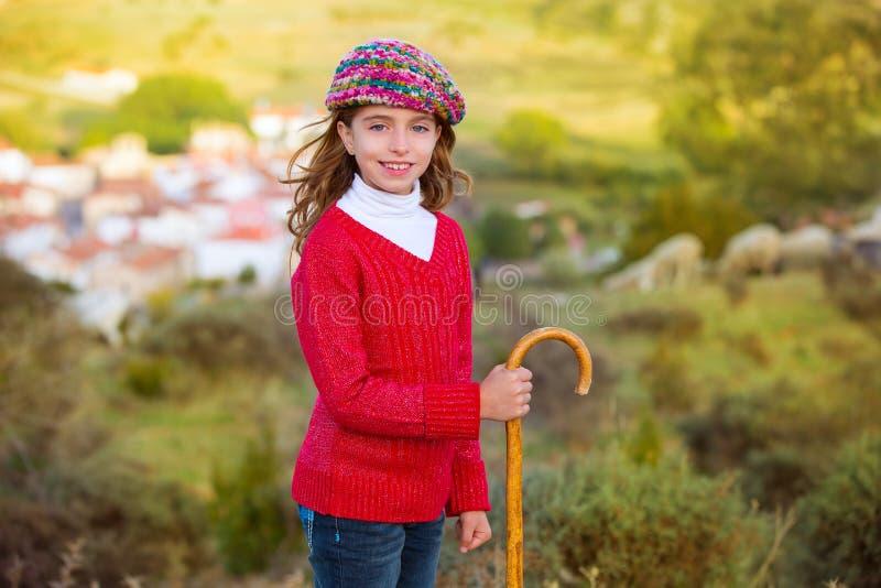 Żartuje dziewczyny pasterki z drewnianym półwałkiem w Hiszpania wiosce zdjęcia royalty free