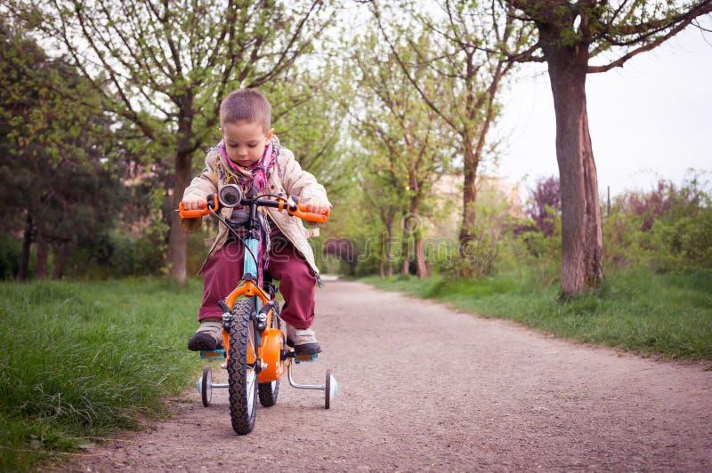 Żartuje uczenie jechać bicykl w parku zdjęcia royalty free