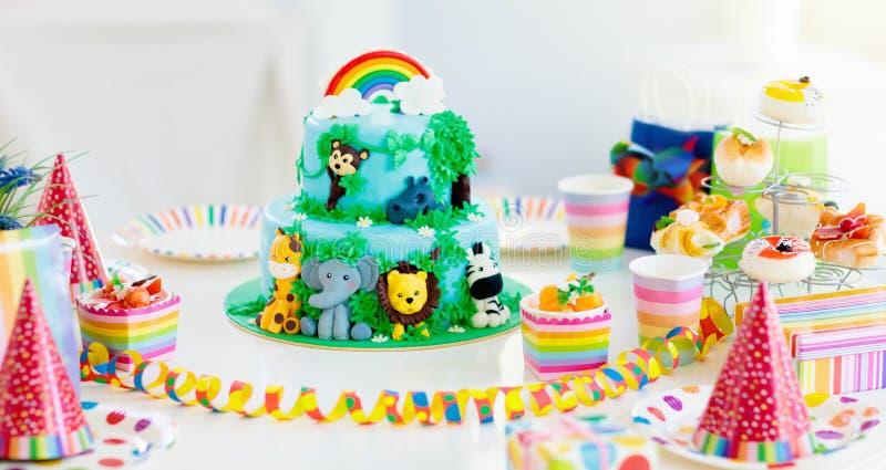 ?artuje urodzinowego tort Dziecko dżungli tematu przyjęcie zdjęcia stock