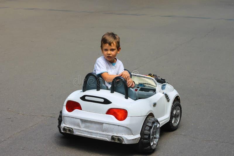 Żartuje w parkowej jazdie zabawkarskiego samochód obraz stock