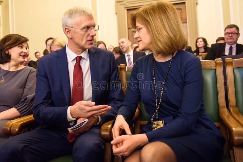 Arturs Krisjanis Karins L e Zanda Kalnina Lukasevica durante il voto della coalizione nuova del governo della Lettonia fotografia stock