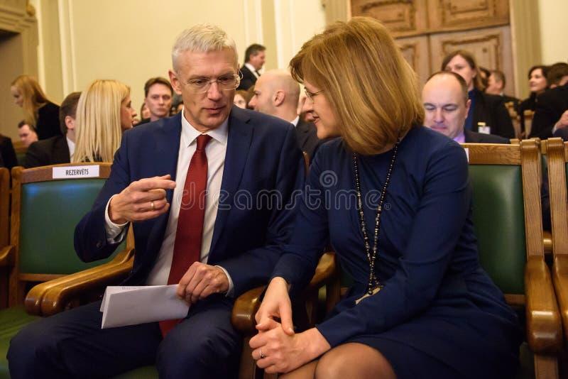 Arturs Krisjanis Karins L en Zanda Kalnina Lukasevica tijdens stemming van nieuwe coalitie van regering van Letland stock afbeeldingen