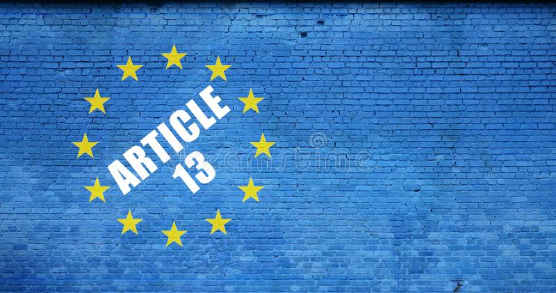 Artykuł 13 i unii europejskiej flaga na błękitnej ścianie z cegieł wpisowy zdjęcie royalty free