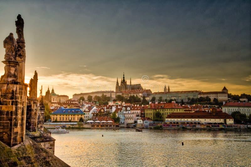 ARTYKUŁ WSTĘPNY, turyści ma gościa restauracji w Praga obraz royalty free