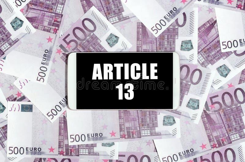 Artykułu 13 inskrypcja na smartphone euro i ekranu rachunkach obrazy stock