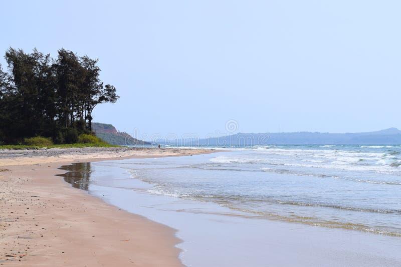 Artykuły plaża - Spokojna i Nieskazitelna plaża w Ganpatipule, Ratnagiri, maharashtra, India zdjęcie stock