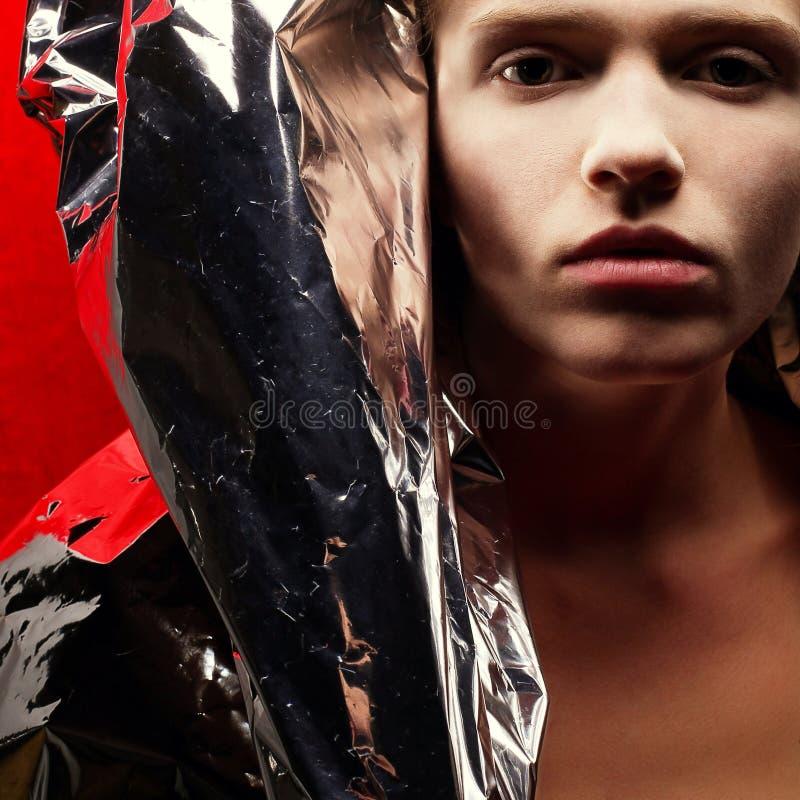 Artyporträt des modernen rothaarigen Modells mit silberner Folie lizenzfreies stockfoto