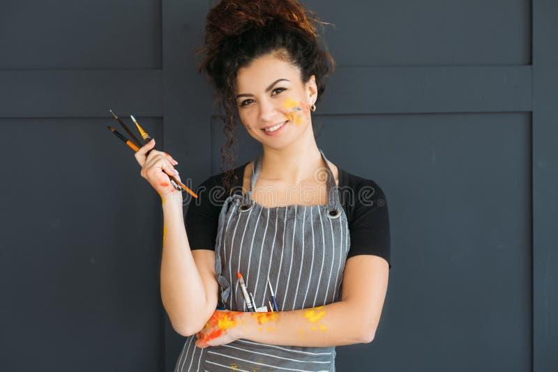 Artystów narzędzi istotnej damy ustaleni paintbrushes zdjęcie stock