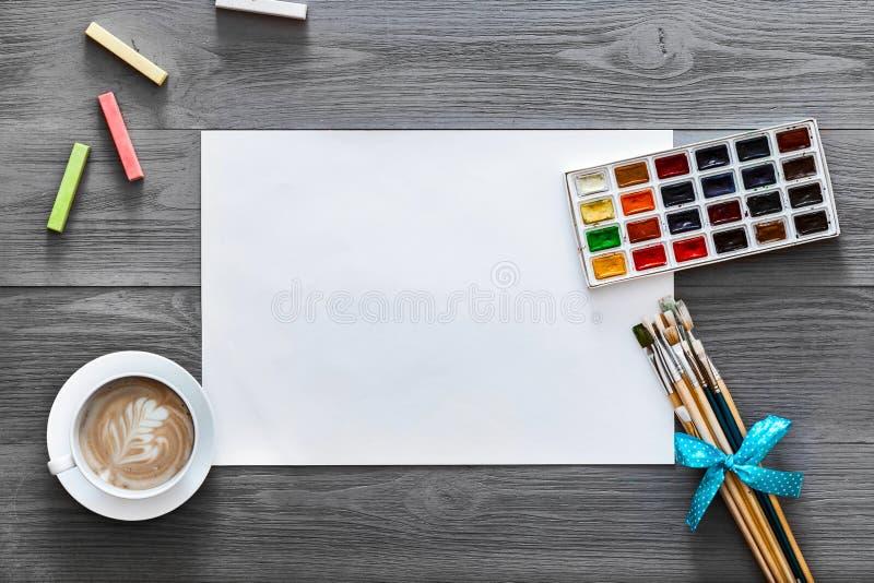Artysta drewnianej popielatej kreatywnie farby sztuki lekcyjna praca dostarcza tło, mieszkanie nieatutowy zdjęcie royalty free