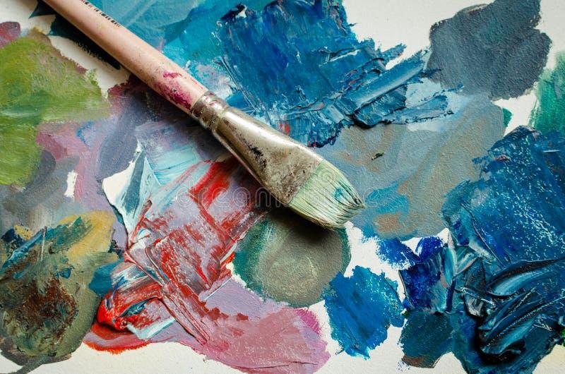 Artysta farby muśnięcie na drewnianej palecie zdjęcie royalty free