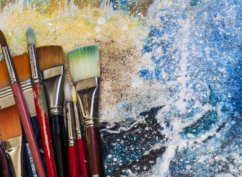 Artysta farby muśnięcia na obrazie obrazy stock