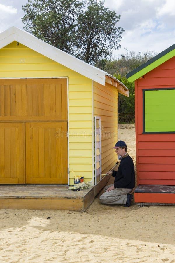 Artysta maluje kąpanie dom przy Dendy ulicy plażą, Brighton w Melbourne fotografia royalty free