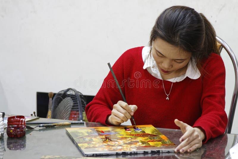 Artysta maluje w warsztacie laka obrazy stock