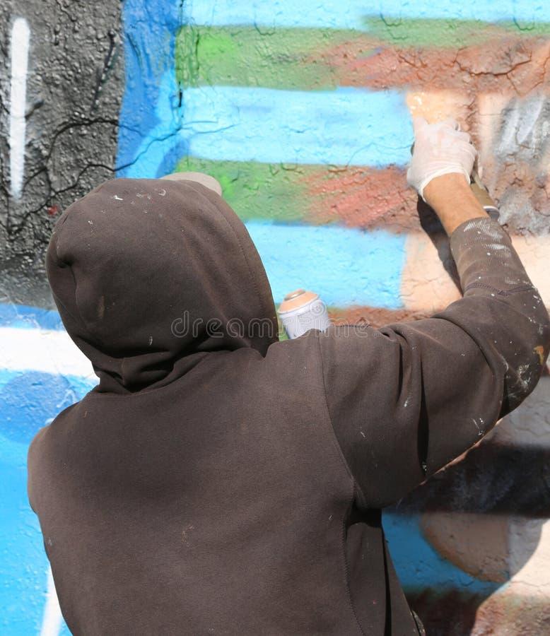 artysta podczas gdy malujący ścianę fotografia royalty free