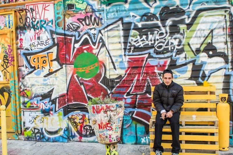Artysta pozy przed jego graffiti ścianą, Belleville, Paryż, F zdjęcie royalty free