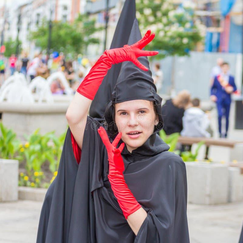 artysta teatralnie grupa w karnawałowym kostiumu bierze udział w świątecznym korowodzie szkoła średnia absolwenci obraz royalty free