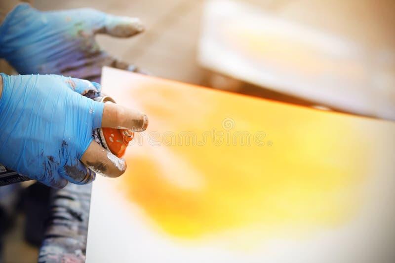 Artysta trzyma puszkę farba i remisy tworzenie obrazy royalty free