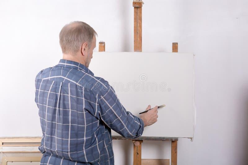 Artysta w pracownianej białej kanwie fotografia stock