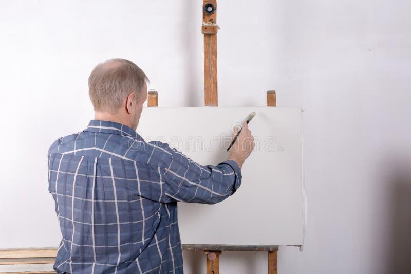Artysta w pracownianej białej kanwie obrazy stock